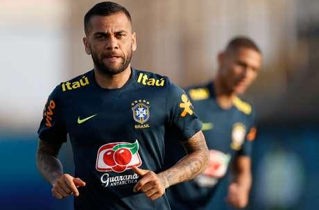 Daniel Alves durante treinamento