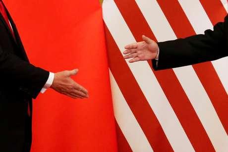 Presidente dos EUA, Donald Trump, e presidente da China, Xi Jinping, prestes a se cumprimentarem durante encontro em Pequim  09/11/2017 REUTERS/Damir Sagolj