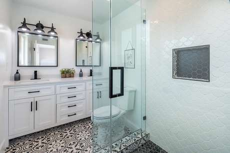 5. Saiba manter o mofo longe dos armários do banheiro – Foto: Pexels