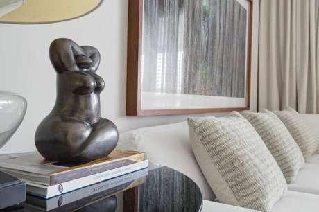 23. A mesa de canto para sala é interessante como suporte para objetos decorativos. Projeto de Hayasaki Arquitetura
