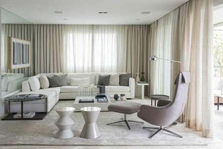 22. A mesa de canto para sala ocupa um espaço pouco utilizado. Projeto de Triplex Arquitetura