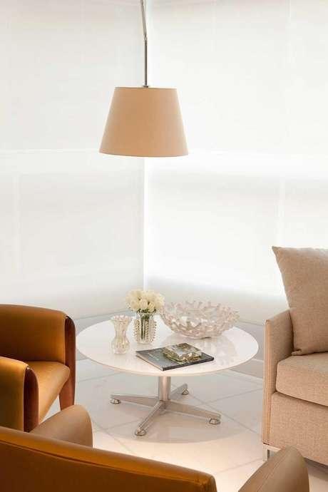 21. A mesa de canto para sala na cor branca é sempre delicada. Projeto de Luis Fábio Rezende
