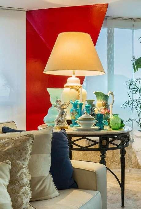 20. A mesa de canto para sala pode ter um tampo de mármore. Projeto de Bruno Sgrillo Arquitetura