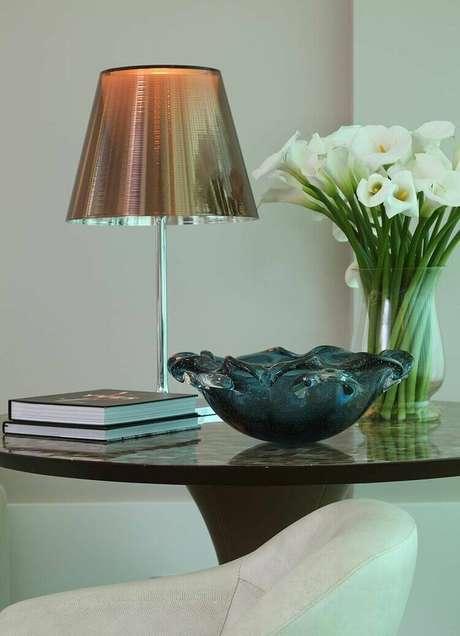 19. A mesa de canto para sala fica ainda mais interessante com um tampo decorado. Projeto de Vivian Coser