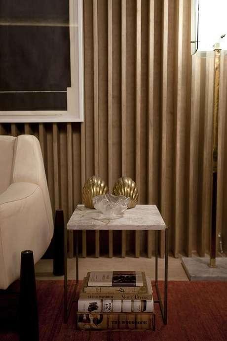 6. A mesa de canto para sala no formato quadrado é muito funcional. Foto: Casa Cor 2016
