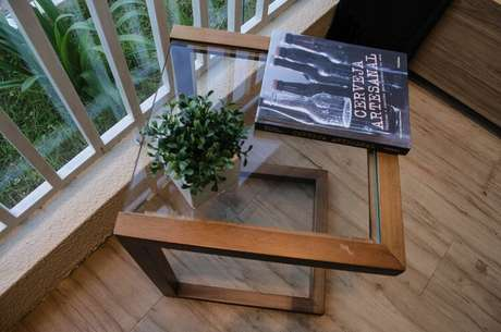 11. O tampo de vidro é algo comum na mesa de canto para sala. Projeto de Studio Ecoara