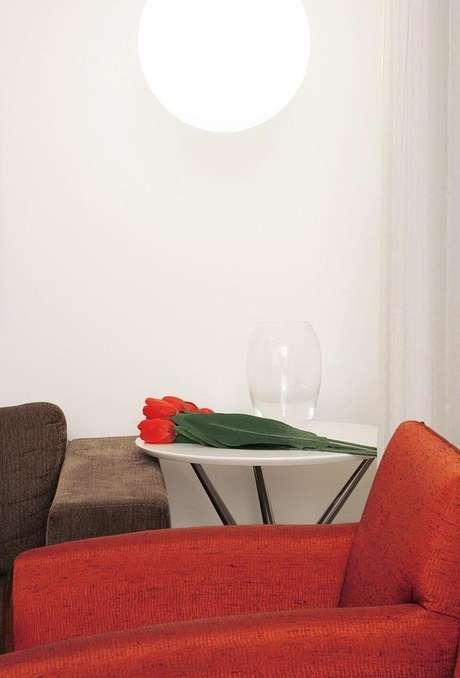 2. Cômodos pequenos também podem ter uma boa mesa de canto para sala. Projeto de Fernanda Valente Viana