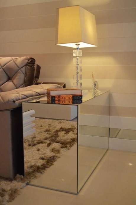 8. Esta mesa de canto para sala é espelhado e funcional para ambientes pequenos. Projeto de Paulinho Peres