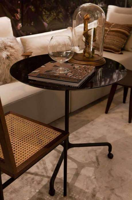 45. A mesa de canto para sala na cor preta é muito moderna. Projeto de Sandra Moura