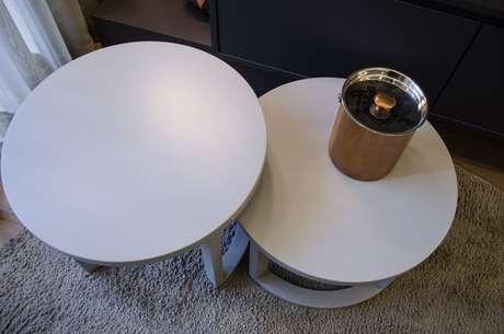 43. Existem muitos modelos de mesa de canto para sala no mercado. Projeto de Studio Ecoara
