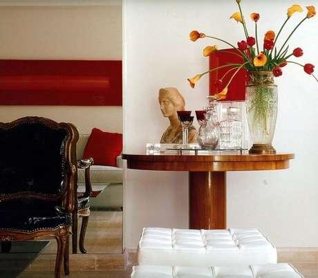 41. A mesa de canto para sala de madeira é linda. Projeto de Brunete Fraccaroli