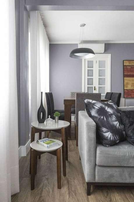 5. O conjunto de mesa de canto para sala pode ser um boa opção. Projeto de MODI Arquitetura e Interiores