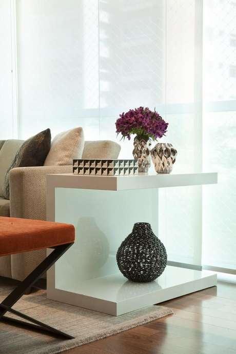 32. A mesa de canto para sala pode ter um formato simples. Projeto de Liliana Zenaro
