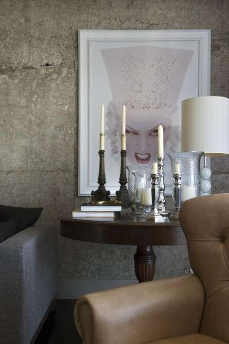 30. Esta mesa de canto para sala é simples e muito clássica. Projeto de Maurício Karam