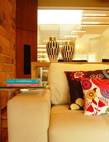 24. A mesa de canto para sala pode ser mais funcional a depender do formato. Projeto de Sandro Clemes