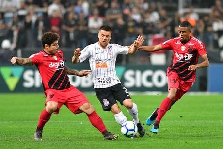 Corinthians e Athletico-PR empatam na Arena.