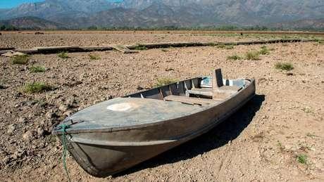 Um barco abandonado na lagoa Aculeo, cerca de 70 km ao sul de Santiago. Este local, que durante décadas foi uma importante atração turística, hoje é um símbolo da seca chilena