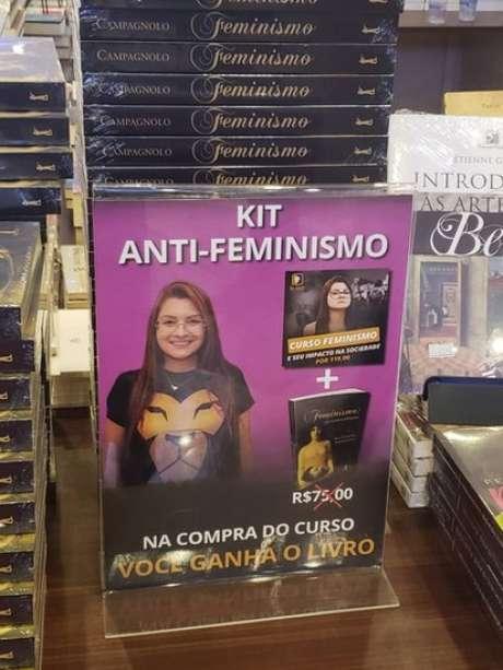 Entre os títulos conservadores vendidos no evento estava o 'kit anti-feminismo', com livro e um DVD, de autoria da deputada estadual Ana Caroline Campagnolo