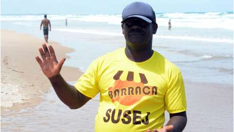 Barraqueiro Valdir Carvalho, que há oito anos mantém seu ponto na Praia do Flamengo, em Salvador, arrisca-se pegando as pelotas de óleo sem qualquer proteção