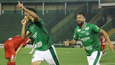 Ricardinho comemora o gol da vitória do Guarani sobre o CRB