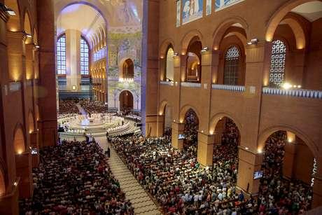 Fiéis acompanham a missa solene no Santuário Nacional de Aparecida, em Aparecida, no interior de São Paulo
