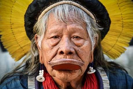 Raoni Metuktire rodou o mundo em prol das causas indígena e ambiental décadas antes da popularização das conferências sobre o meio ambiente e das marchas pelo clima