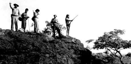 À dir., Raoni Metuktire guia os irmãos Villas-Bôas em expedição para demarcar o centro geográfico do Brasil