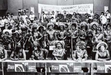Raoni (na fileira abaixo, ao centro) com guerreiros kayapós nos debates da Assembleia Constituinte, em Brasília