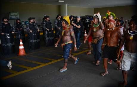 Raoni e outras lideranças indígenas entram pela garagem do Congresso Nacional em protesto em 2013, no governo Dilma, quando usina de Belo Monte estava sendo construída