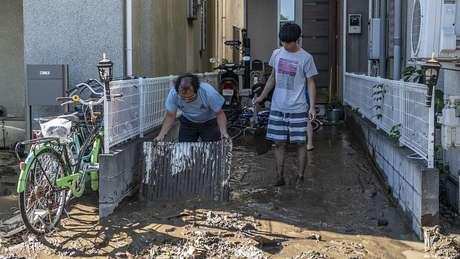 Moradores limpam lama de suas casas após passagem de tufão Hagibis