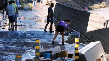 Destroços são removidos das ruas em área residencial de Kawasaki