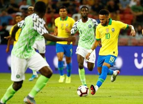 Lance da partida entre Brasil e Nigéria deste domingo, 13, em Cingapura