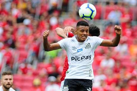 Jogador Tailson do Santos do Inter durante a partida entre Internacional e Santos valida pela 25° rodada do Campeonato Brasileiro de Futebol Série A, realizado no Estádio Beira Rio em Porto Alegre, RS, neste domingo, 13.