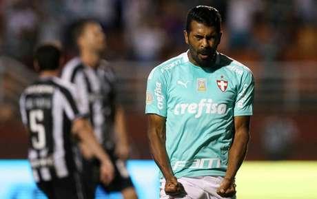 Thiago Santos comemora o gol pelo Palmeiras, no primeiro tempo (Foto: Divulgação/Palmeiras)