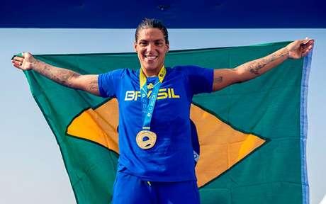 Ana Marcela dedicou o título à equipe, após a prova (Foto: Miriam Jeske/COB)