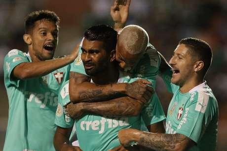 Thiago Santos, do Palmeiras, comemora seu gol na partida contra o Botafogo, válida pela 25ª rodada do Campeonato Brasileiro 2019, no Estádio do Pacaembu, em São Paulo, na noite deste sábado (12).