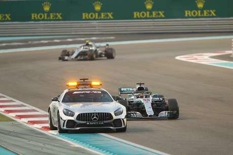 Os dois Mercedes W09: onze vitórias, todas de Lewis.