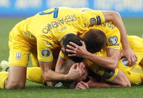 Jogadores da Ucrânia comemoram no final da partida em que o time venceu Portugal por 2 a1, pelo Grupo B das Eliminatórias da Euro 2020, em Kiev. 14/10/2019  REUTERS/Valentyn Ogirenko