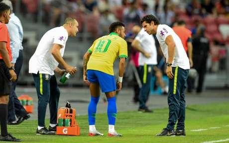Neymar pode desfalcar o PSG por até um mês (Foto: Roslan Rarhman / AFP)