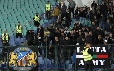 Torcedores da Bulgária fazem saudações nazistas durante jogo com a Inglaterra em Sófia 14/10/2019 Action Images via Reuters/Carl Recine