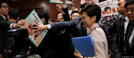 Lam deixa Conselho Administrativo em meio a protestos de parlamentares