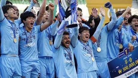 Cesinha com o troféu da Copa da Coreia em 2018 (Divulgação)