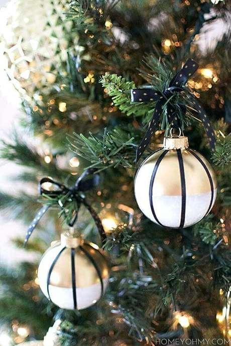 12. As bolas natalinas fazem parte de todos os kit enfeites para árvore de Natal – Foto: Pinosy