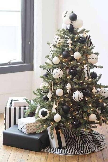 13. Invista em modelos diferentes de kit enfeites para árvore de Natal e crie uma decoração personalizada e moderna – Foto: Home Ideas