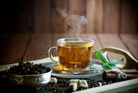 Confira os melhores chás que te ajudam a desinchar