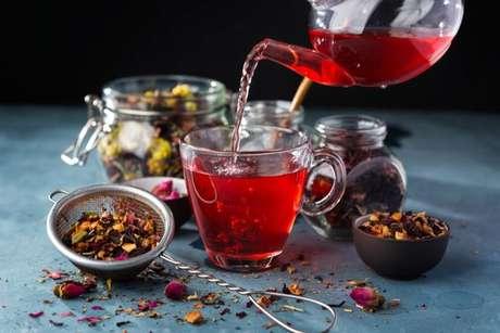 O chá de hibisco também ajuda a combater a retenção de líquidos