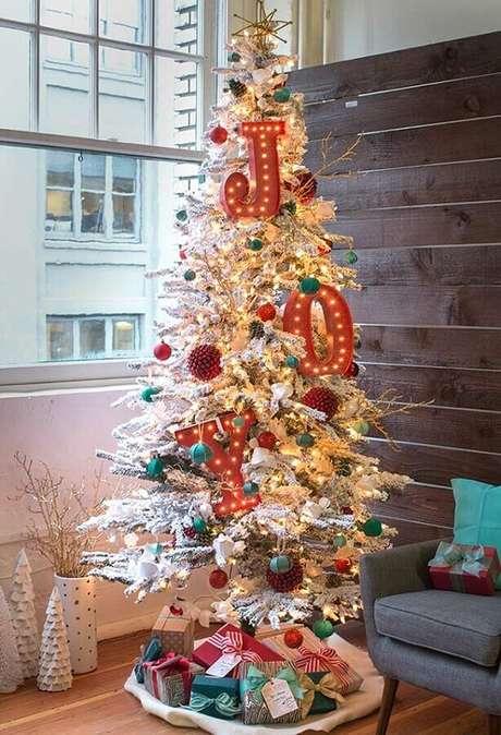 14. Decoração diferentes com enfeites de árvore de Natal branca e grande – Foto: Pinterest
