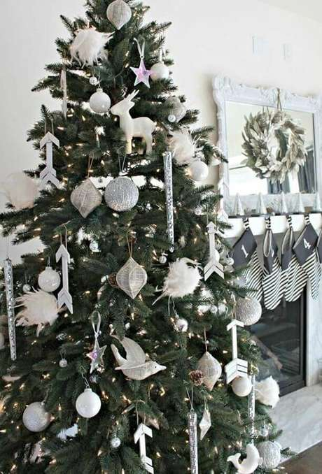 15. Decoração clean com enfeites prata para árvore de Natal – Foto: Ideias Decor