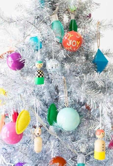 8. Escolha as cores dos enfeites para árvore de Natal conforme o seu gosto pessoal – Foto: Brit + Co
