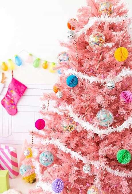 7. O festão natalino ajuda a dar um acabamento bonito na decoração da árvore de Natal – Foto: Pinterest